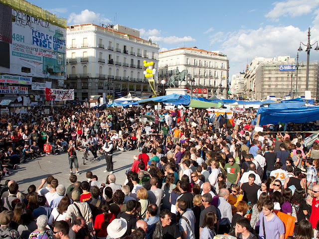 Protestas en la Puerta del Sol de Madrid en mayo de 2011 (Foto: Carlos Delgado, CC BY-SA 3.0, https://commons.wikimedia.org/w/index.php?curid=15259785)