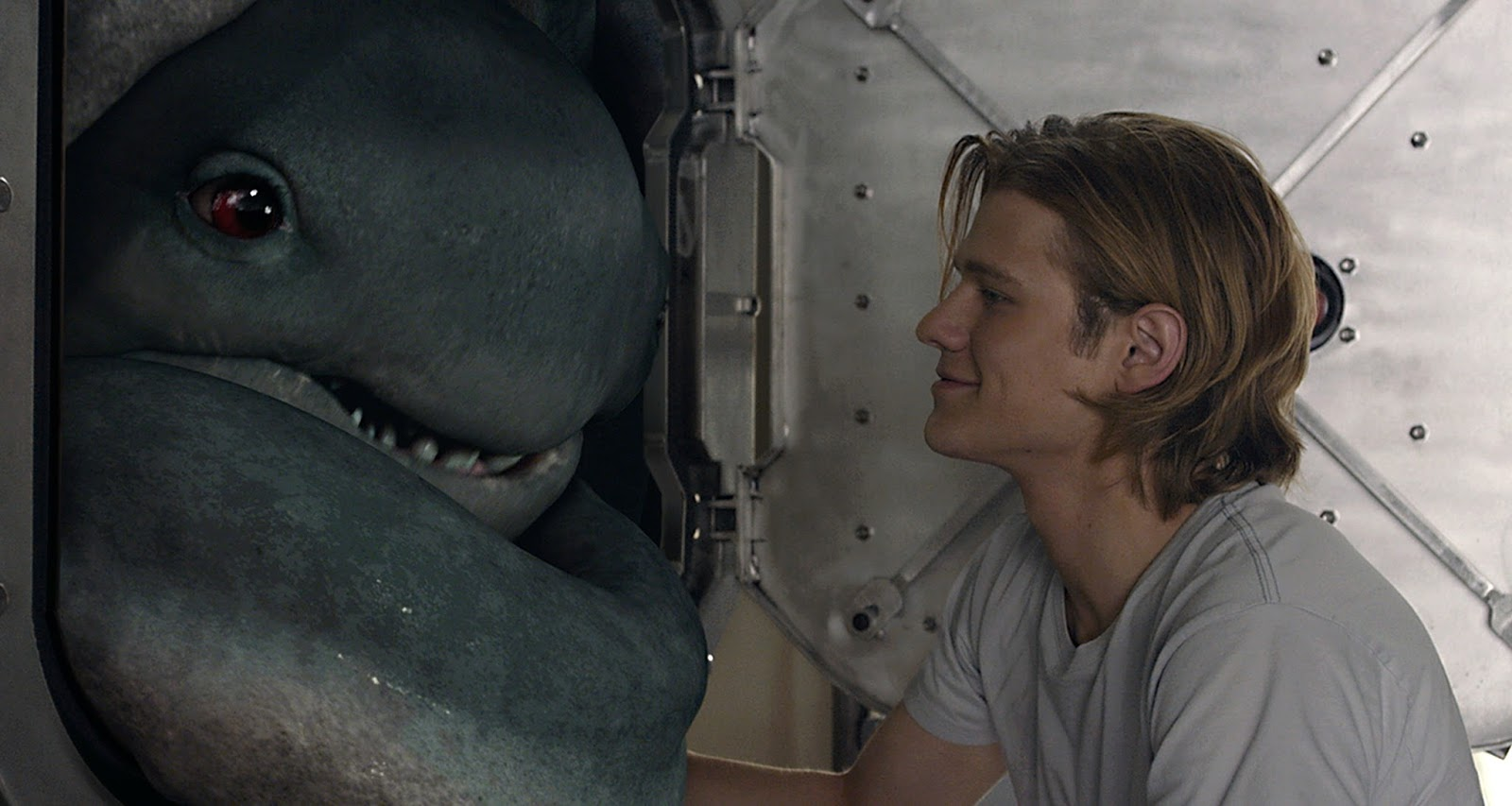 """Lucas Till faz racha com uma estranha criatura no 2º trailer de """"Monster Trucks"""""""