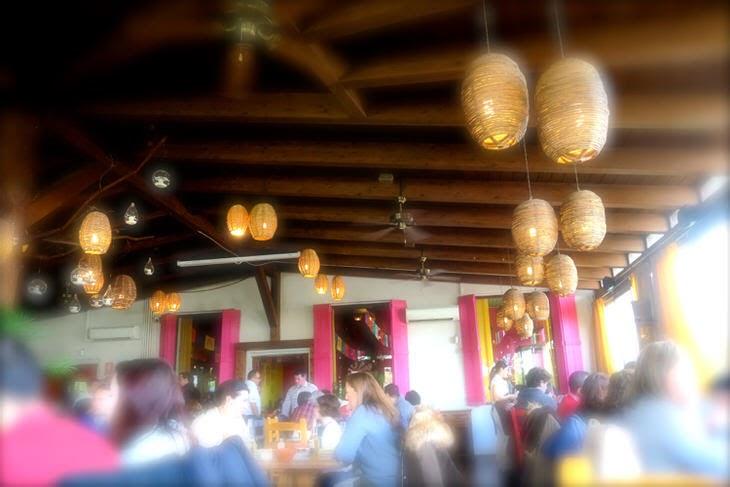 木製の天井とピンクの窓が可愛いマドリードのメキシカン