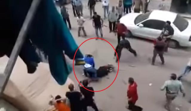 شاهد كيف حاول قطع رأس زوجته في الشارع! شاهد كيف بدأ بقطع حنجرتها امام حشد من الناس! وماذا فعلوا به !