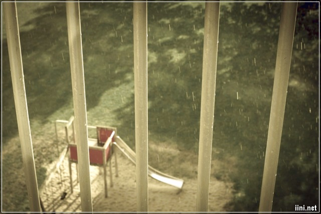 ngồi ngắm những hạt mưa rơi