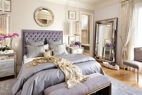 غرفة نوم بنفسجية ومرآة أرضية