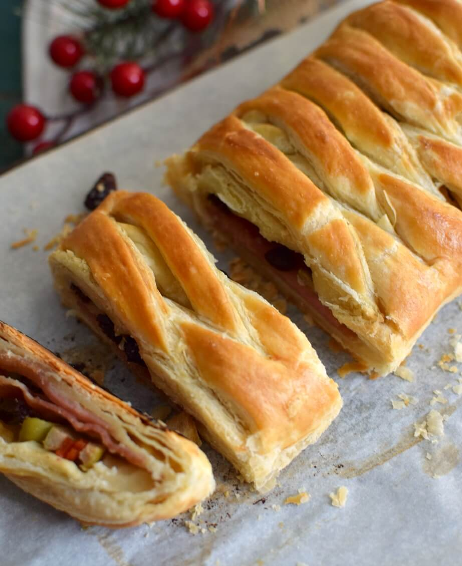 Una presentación diferente a la tradicional del pan de jamón venezolano, pero con el mismo sabor e ingredientes: jamón, tocineta, pasas y aceitunas, una clásico navideño