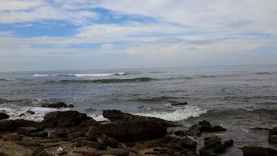 Ombak dan langit biru pantai ujung karang