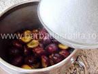 Gem de prune preparare reteta - adaugam zaharul