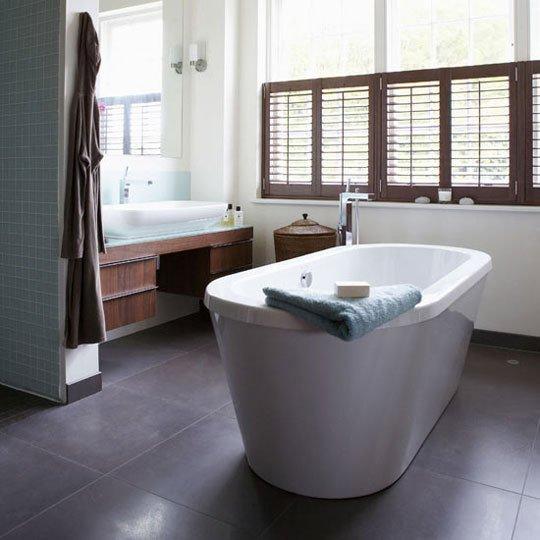 Brązowe okiennice wewnętrzne shutters w łazience