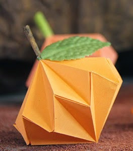 http://craftingeek.me/2014/10/video-tutorial-calabazas-de-origami/