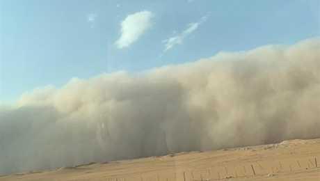 عاصفة ترابية شديدة تضرب السعودية والأرصاد تحذر.. شاهد