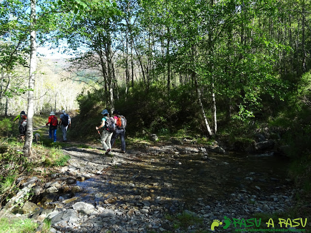 Ruta al Mustallar: Cruzando pequeño arroyo sobre el camino
