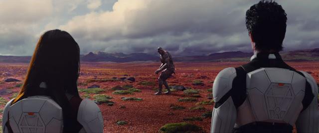 Screen z filmu Terra Formars - dwójka bohaterów i karaluch