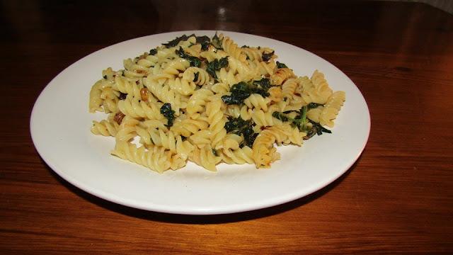 Pasta with nettles and raisins - Vegan recipe