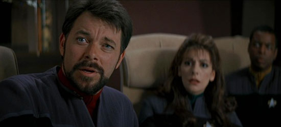 Il Comandante William Riker (Jonathan Frakes), il Consigliere Deanna Troi (Marina Sirtis) ed il Capo Ingegnere Geordie La Forge (LeVar Burton) in una scena del film Star Trek Primo Contatto - TG TREK: Notizie, Novità, News da Star Trek