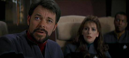 Il Comandante William Riker (Jonathan Frakes), il Consigliere Deanna Troi (Marina Sirtis) ed il Capo Ingegnere Geordie La Forge (LeVar Burton) in una scena del film Star Trek Primo Contatto - TG TREK: Notizie, Novità, News da Star Trek