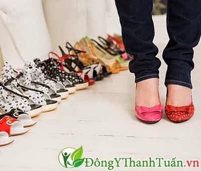 Tuyệt chiêu chữa đau lưng cho bà bầu - Không nên mang giày cao gót