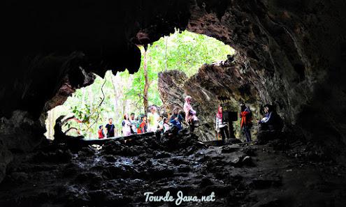 memasuki lorong gua lanang di pangandaran