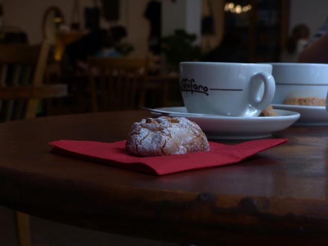 Schweiz Urlaub mit Hund Biel Kanton Bern Sehenswürdigkeit Tourist Cafe Kaffee Amaretti Edus Coffee