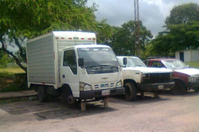 Sin cauchos ni baterías dejaron a los vehículos que robaron esta noche en El Valle