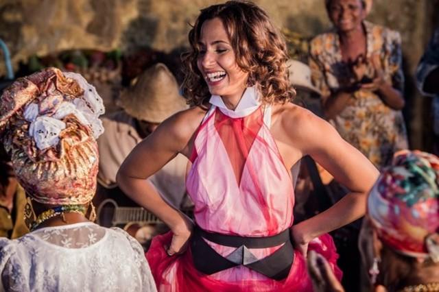 Maria Tereza (Camila Pitanga) dançando