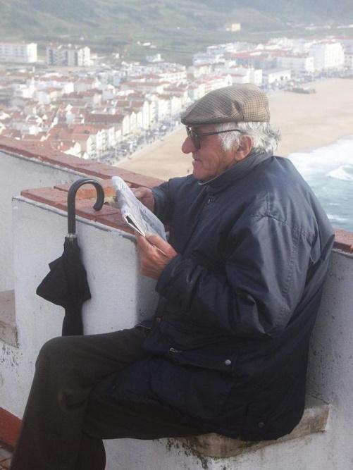 #PraCegoVer: Homem lendo jornal.