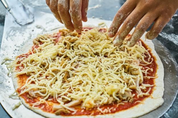 تحضير البيتزا في المنزل