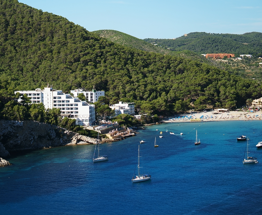 Blog + Fotografie by it's me fim.works - La Isla Blanca Ibiza, Cala Llonga, Hotel Palladium, Bucht, Schiffe, Strand