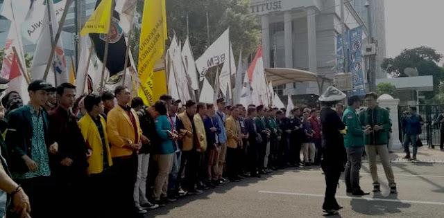 Aksi BEM SI Geruduk Istana Usung 11 Tuntutan