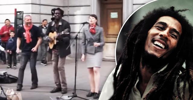 Chica empezó a cantar junto a artista callejero; se viraliza