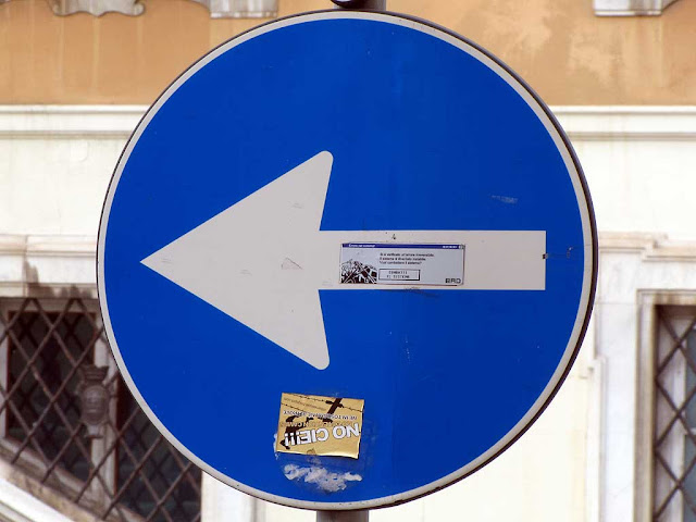 Turn left arrow, piazza del Municipio, Livorno