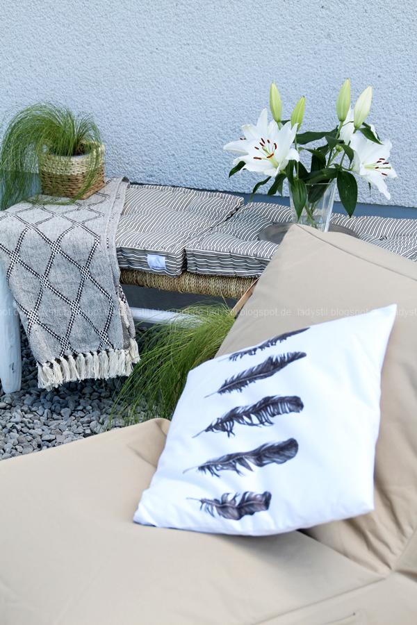 Pop Up Gartensessel, Chillarea im Garten,vom Sessel zur Liege,Outdoorsitzmöbel zum Entspannen,Kissen mit Federmotiv auf Pop Up Sessel,