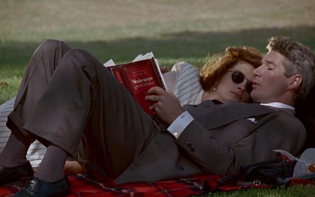 O casal lê num parque