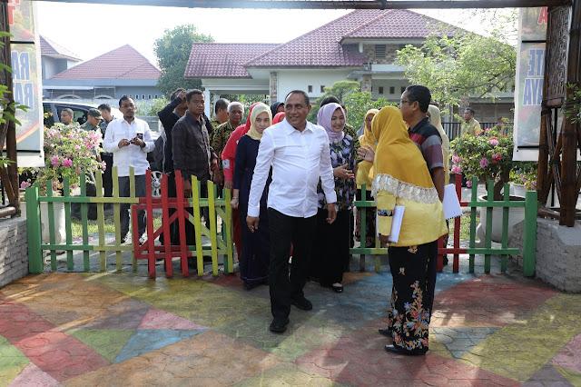 Gubsu Edy Rahmayadi saat mengunjungi taman toga-toga di Asahan.