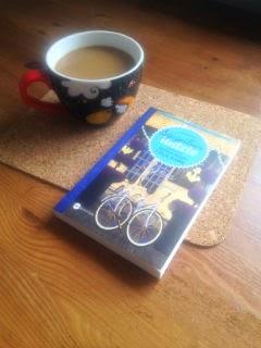 """""""Szczęśliwi ludzie czytają książki i piją kawę"""" Agnès Martin-Lugand, fot. paratexterka ©"""