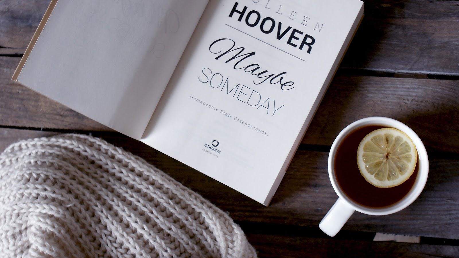 Maybe Someday, Colleen Hoover, romans, Sydney, Ridge, miłość, książka, szalik, sweter, herbata, cytryna, drewniane tło
