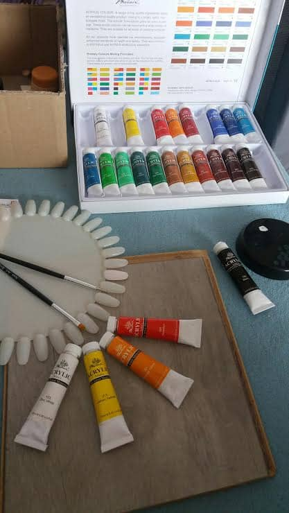 Jak zacząć malować paznokcie naturalne, hybrydowe i żelowe farbami akrylowymi? Jakie wybrać? Ile sztuk? Ile kosztują? Cena. Gdzie kupić? Jak używać? Czy nadają się do stempli, stemplowania?