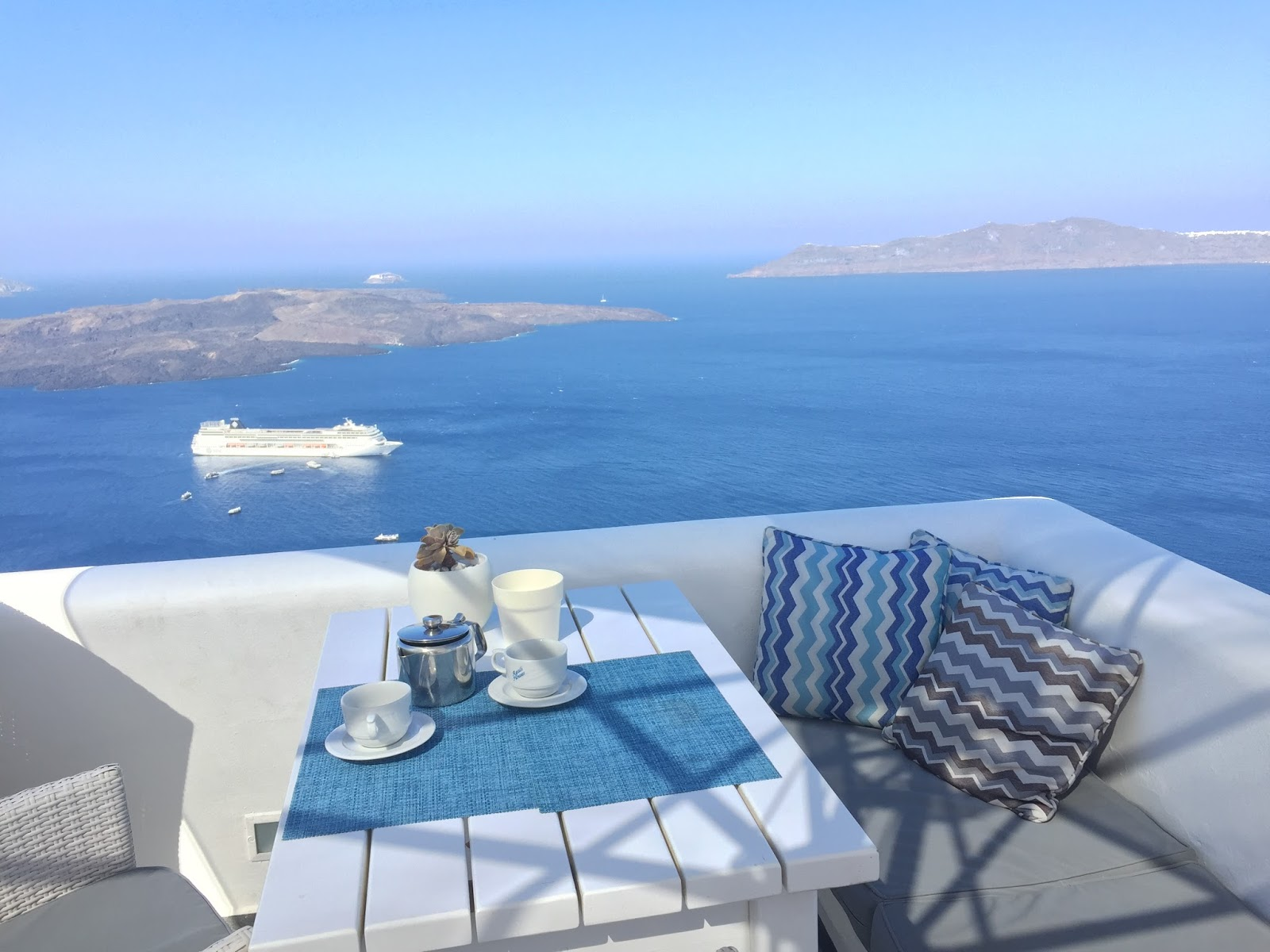 Bijuleni - Agali Houses in Santorini breakfast with a view