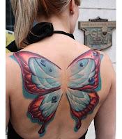 tatuaje de mariposa gigante en la espalda