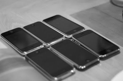 Μια Γυναίκα Πούλησε τα 20 iPhone που της Πήραν οι 20 Σύντροφοί της και Αγόρασε Σπίτι