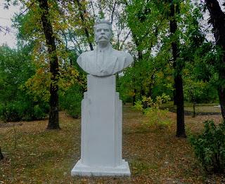 Новгородське. Парк. Погруддя О. М. Горького