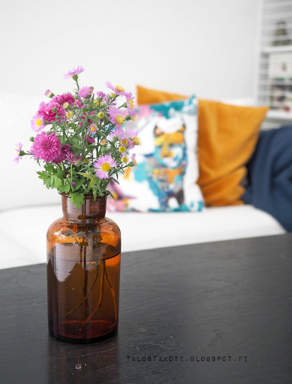 kukkia olohuoneen pöydällä