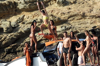 Kendall Jenner in Bikini with her teenager frinds in bikini at Mykonos Beach in Greece bollycelebs.in Exclusive Pics 011