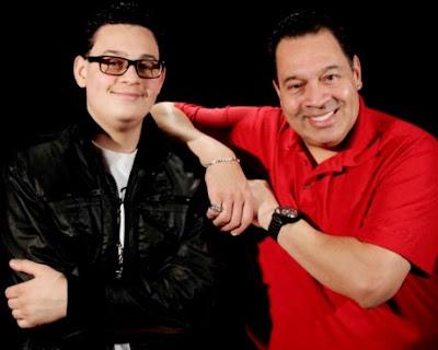 Foto de Tito Nieves feliz junto a su hijo