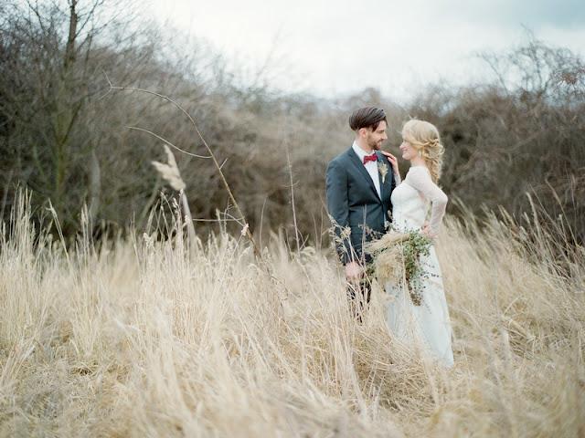 Plener ślubny w trawach.