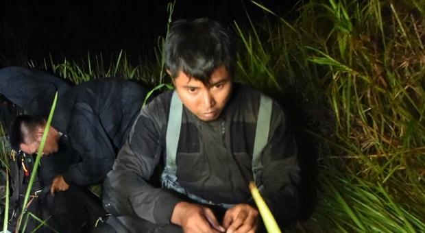 Prajurit TNI Lakukan Penerjunan Senyap di Morotai