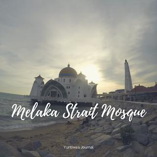 tempat wisata menarik di Melaka - mesjid selat melaka