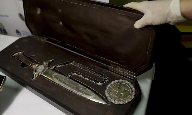 Uma enorme coleção de artefatos nazistas foram descobertos em um quarto secreto na Argentina.
