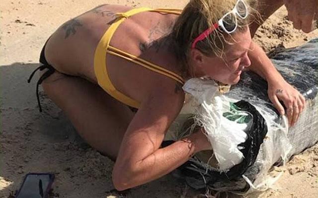 Η θάλασσα ξέβρασε…  και μια ξανθιά έσπευσε να αρπάξει ό,τι μπορούσε