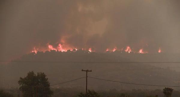 Εκτός ελέγχου η φωτιά στην Εύβοια: Εκκενώνονται χωριά, οι φλόγες κυκλώνουν σπίτια