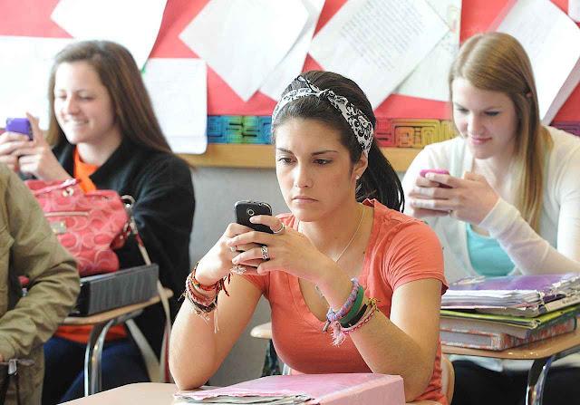 O uso do smartphone nas aulas dissipa a atenção, degrada o aprendizado e abaixa as notas.