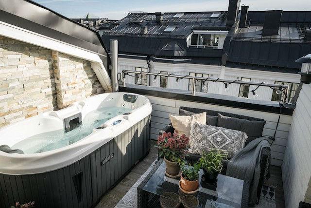 Terraza pequeña con bañera de hidromasaje