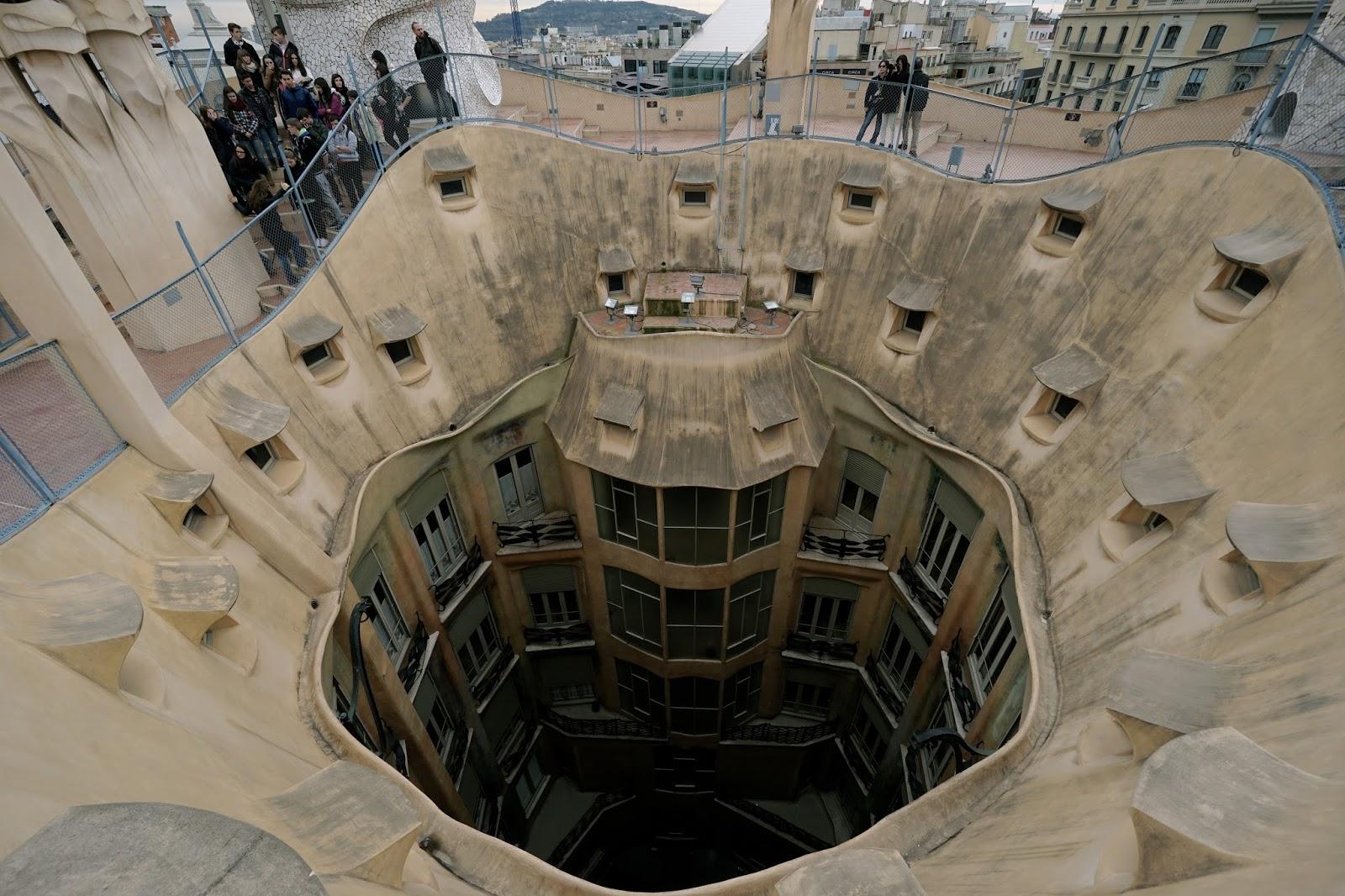 カサ・ミラ(Casa Milà) 屋上から中庭を見下ろす